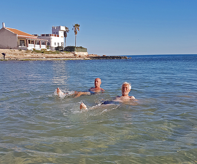 Till och med kompisen Arne och jag själv frestas att ta årets första dopp.