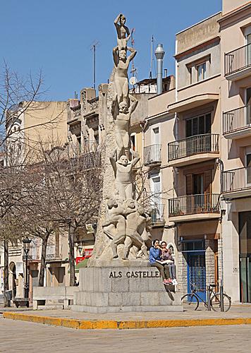 Monument als castellers står framför kyrkan.