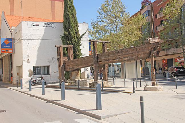 La premsa de l'Avinguda de Tarragona (En gammal vinpress) har placerats vid en av infarterna till centrum.