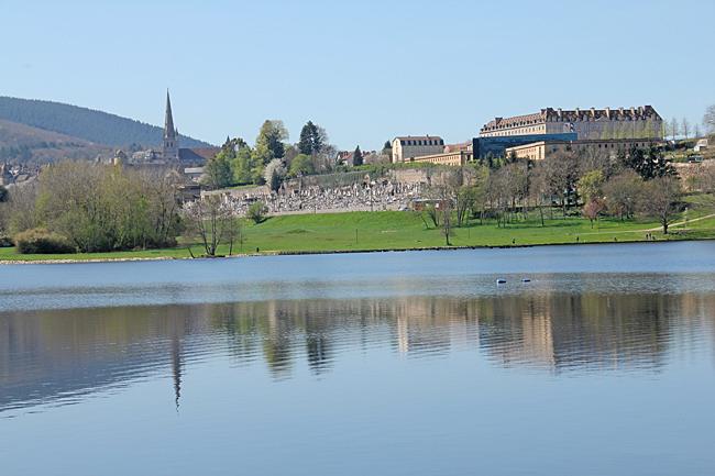 Utsikt över sjön mot katedralen och regementet. I mitten en kyrkogård.