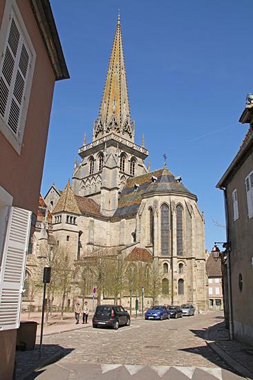 Saint-Lazare Cathedral Medeltida katedral med gotisk stenspira dekorerad med romanska skulpturer och sniderier.