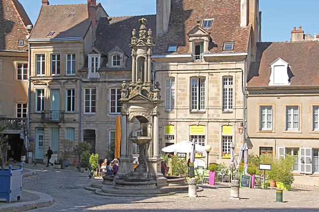 På det lilla torget utanför Katedralen finns ett café.