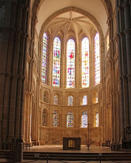 Glasmålningar inne i Katedralen.
