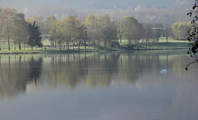 Vi vaknar upp till en underbart vacker vårmorgon vid den lilla sjön i Autun.