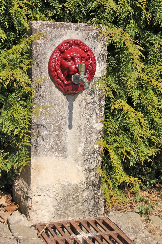 Vattenutkastare finns centralt i byn.