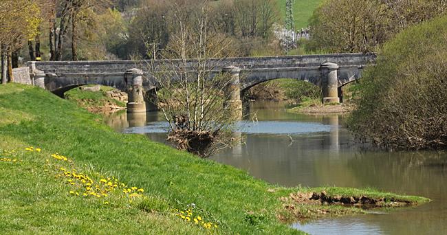 Utsikten åt andra hållet en gammal bro.