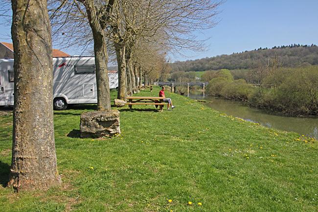 Ställplatsen ligger direkt vid en å med bänkar och bord.