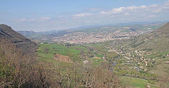 Utsikt över dalen och Millau på vägen ner.