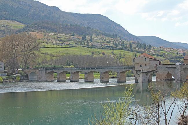 En äldre bro över floden Tarn.