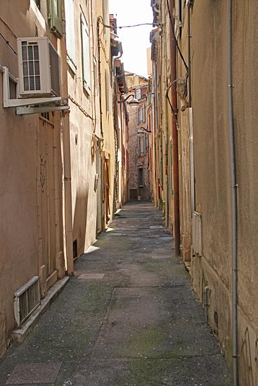 Smal gränd i den gamla stadsdelen.