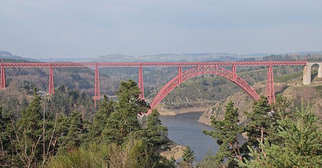 Utsikt vid dagens fikarast, Viaduc de Garabit. Järnvägsviadukt över Truyère floden, konstruerad av Gustave Eiffel på 1880-talet.