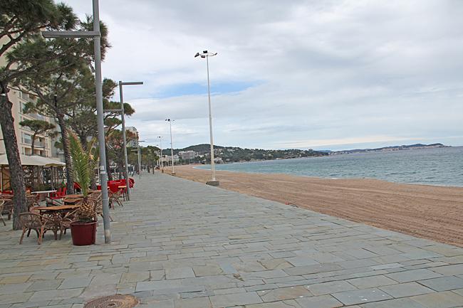 Öde strand och promenad.