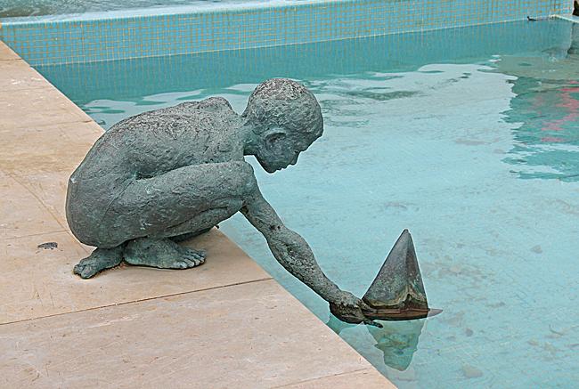 Staty på strandpromenaden.