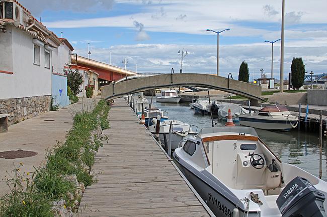 Här ligger en del småbåtar i en pittoresk kanal.