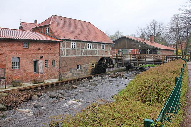 Den gamla vattendrivna kvarnen och muséet ligger mitt emot parkeringen i Sittensen.