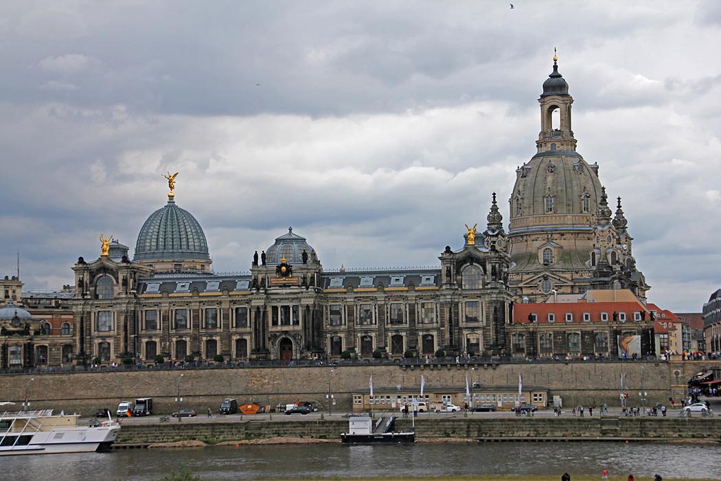 Många pampiga byggnader i Dresden är svarta av luftföroreningar