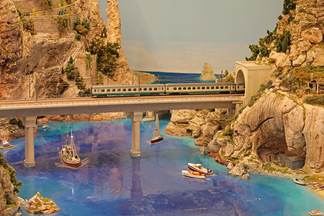 Bro över vatten.