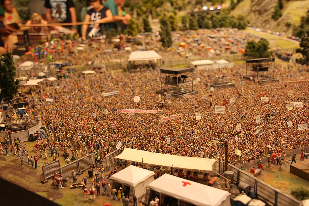 Utomhuskonsert med några av alla de 260000 figurer som finns på anläggningen.