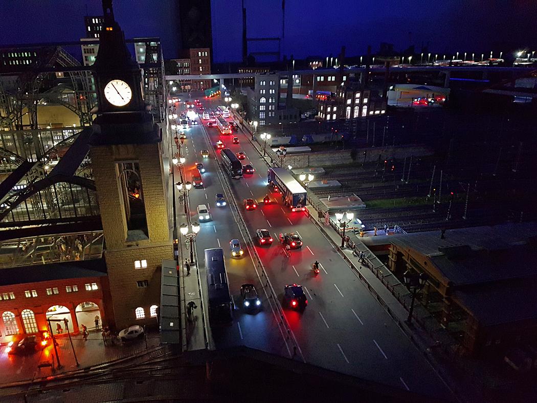 Var 15:e minut sänker sig mörkret över anläggningen och det blir natt.