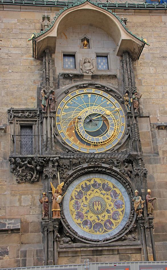 Vid gamla stadens torg finns ett medeltida astronomiskt ur.