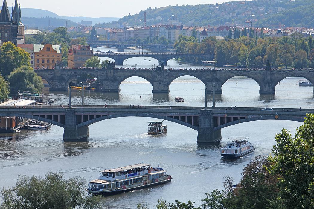 Prag är en vacker stad med alla broar.
