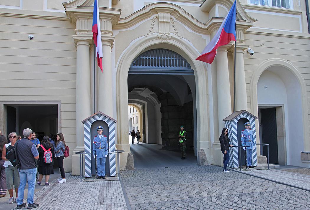 Vaktposter vid en av ingångarna till Pragborgen.