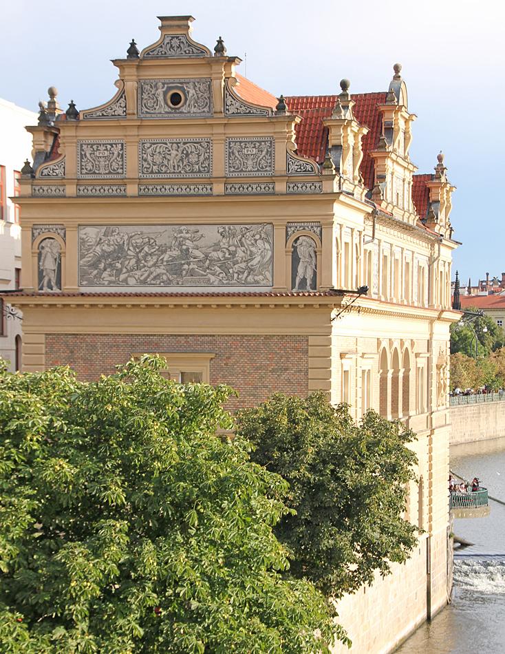 Det finns mängder med gamla byggnader, många av dem har vackra väggmålningar. Prag har världens bäst bevarade och varierande samlingar av arkitektur.