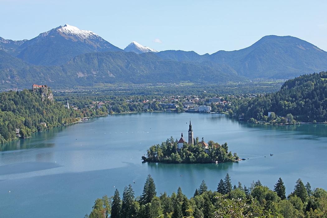En bild utan människor som stör förgrunden. På andra sidan sjön syns Bled och på ön den lilla kyrkan.