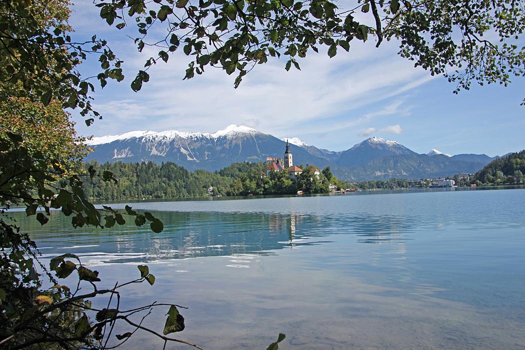 En tur på drygt 6 km bjuder på en hel del vackra vyer. Efter ungefär halva vägen ligger Bled med restauranger.
