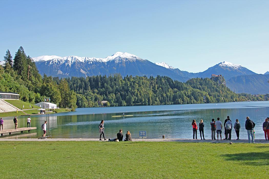 Campingen ligger vackert vid en sjö med badstrand.