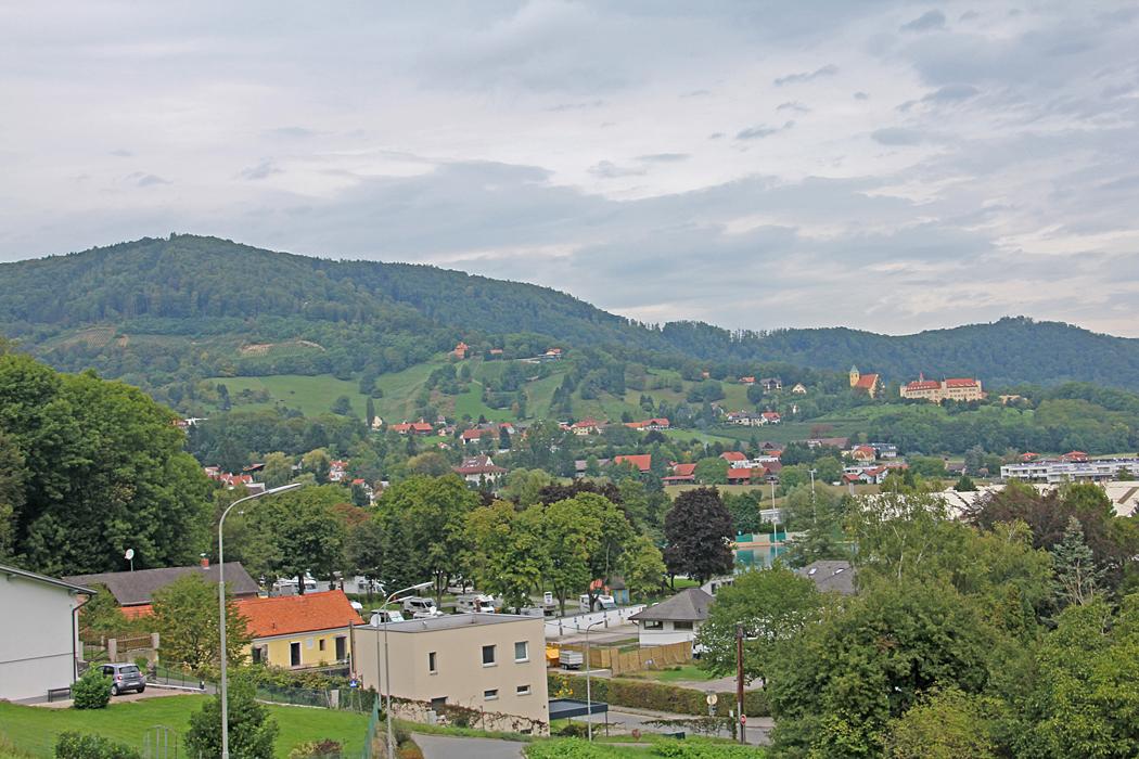 Utsikt från kyrkan strax bakom ställplatsen.