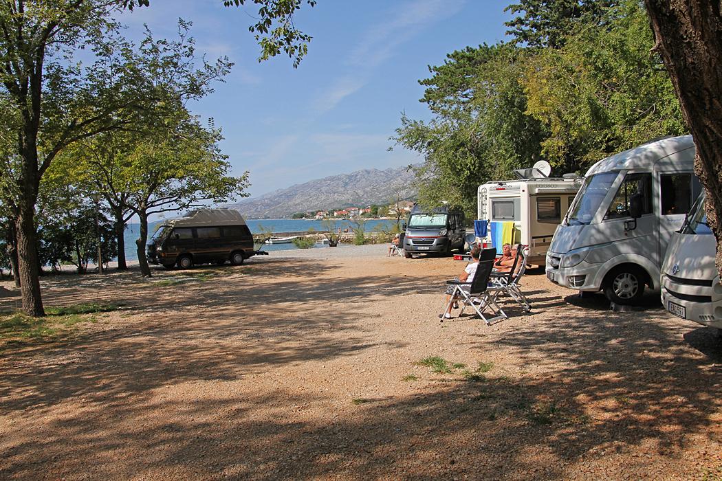 Ställplats Paklenica National Park ligger direkt vid stranden.