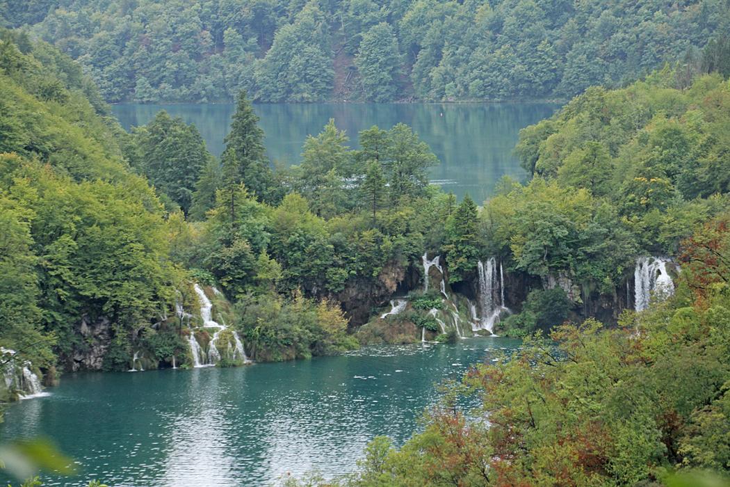 Här finns mängder av små vattenfall.
