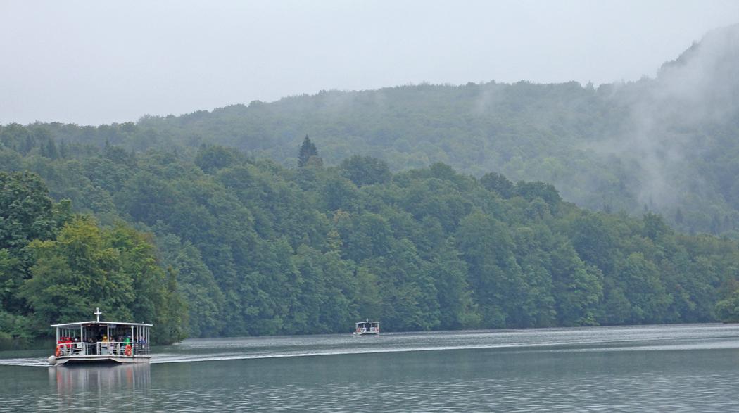 En sträcka över en lite större sjö trafikeras med båtar.