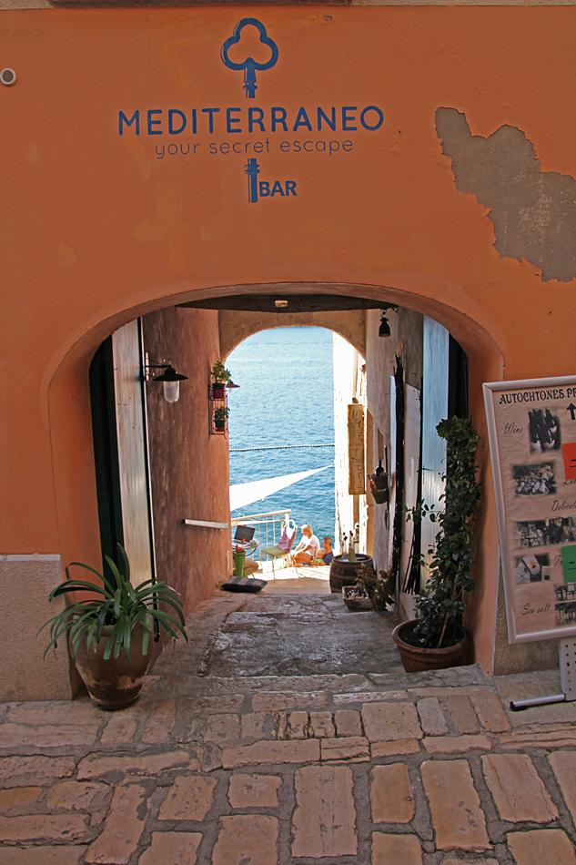 Gå genom denna port och du finner en restaurang med havsutsikt.