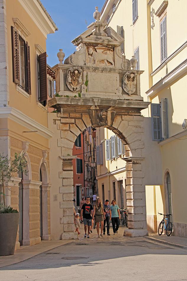 Porten till gamla staden i Rovinj.
