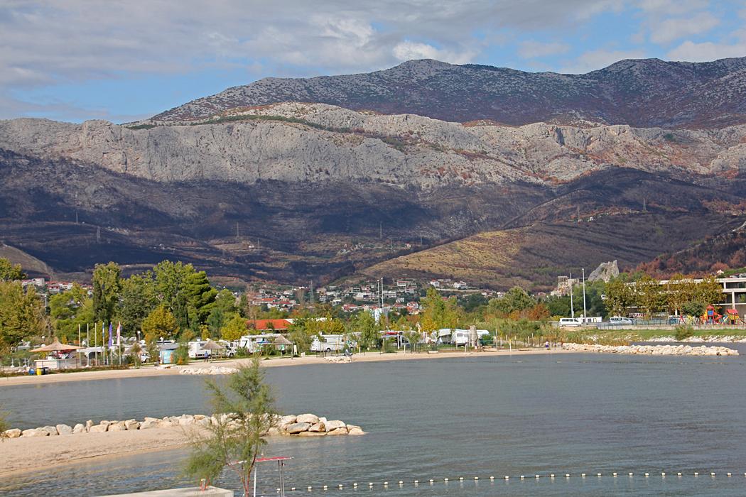 Från campingen kan man se de svarta områdena uppe i berget som eldhärjades tidigare i somras.