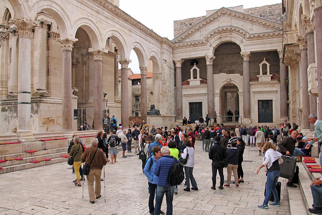 Det lilla torget vid Diocletian's Palace kryllar av turister.