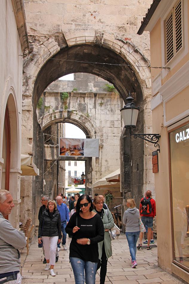 I centrum av Split finns många gamla byggnader och gränder.