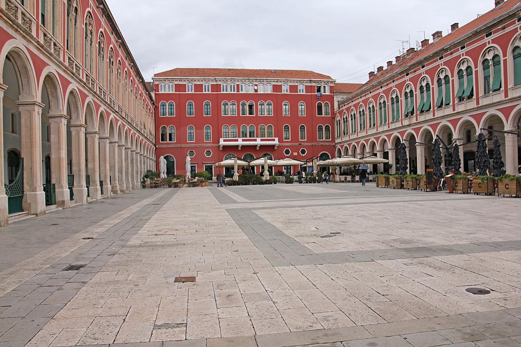 Republikens torg i centrala Split är på tre sidor omgivet av byggnader i nyrenässansstil. Den södra sidan öppnar sig mot Adriatiska havet.
