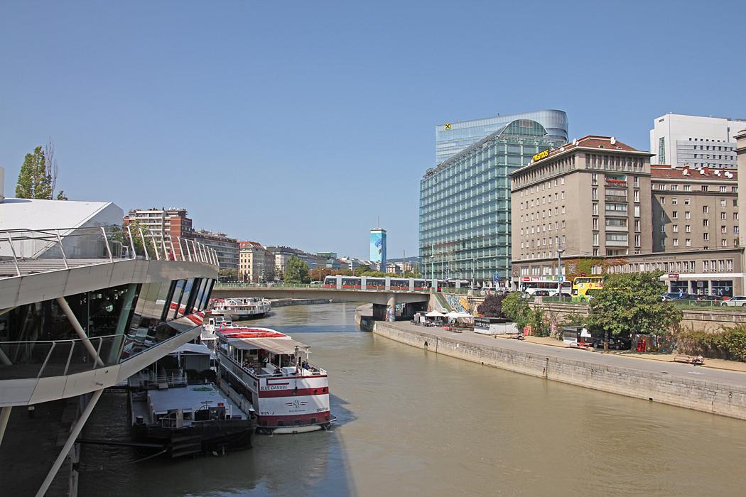 Utsikt från bron över Donaukanalen vid Schwedenplatz.