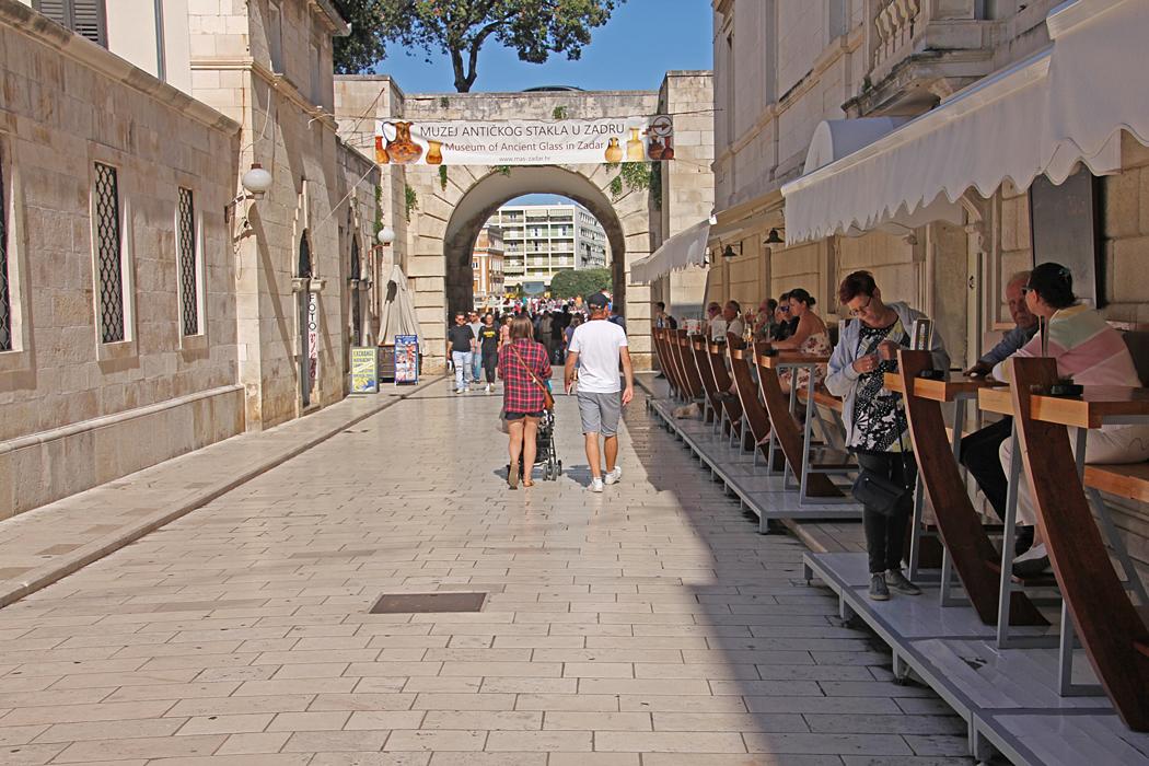 På väg ut från gamla staden i Zadar.