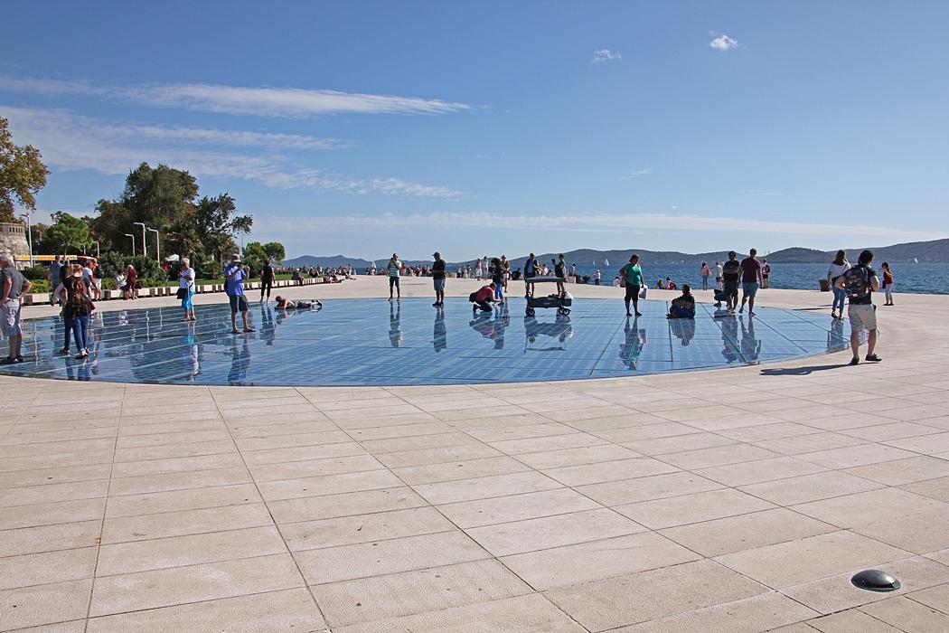 Hälsning till Solen är en arkitektonisk konstinstallation i Zadar, Kroatien.