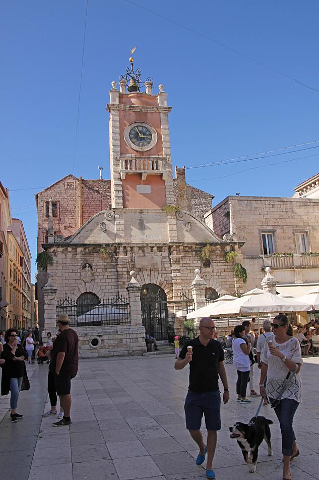 Kyrkan mitt i centrum.