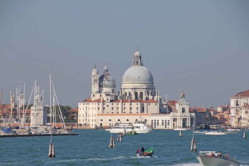 Själva båtturen in till Venedig bjuder på många vackra vyer.