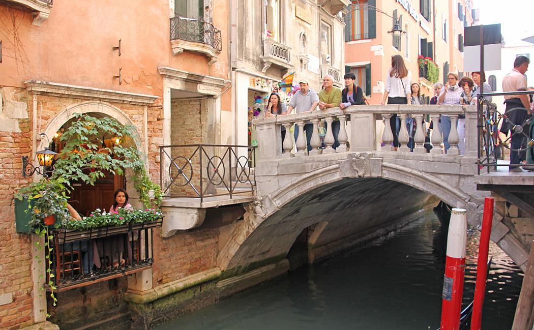 Liten mysig restaurang med utsikt över en sidakanal och en liten bro.