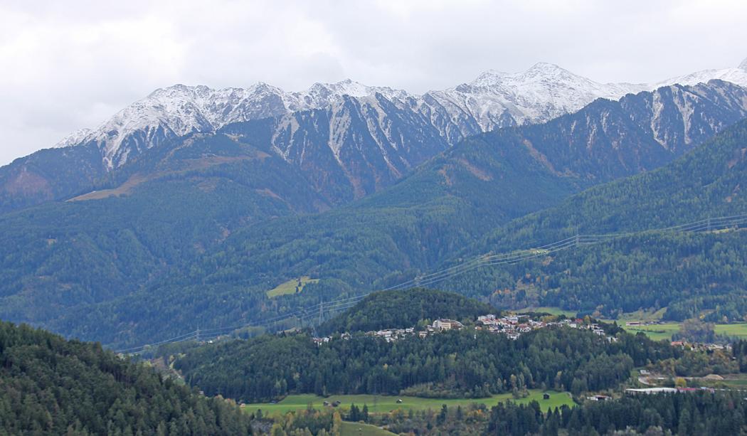 Utsikt från Campingen över byn och alptoppar.