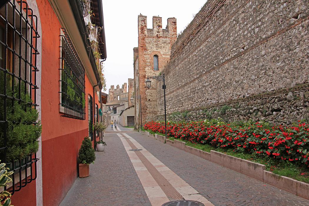 Innanför stadsmuren i Lazise.