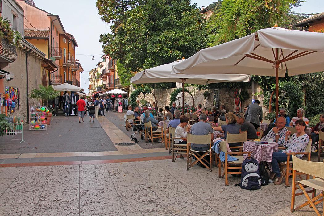 Gatuvimmel med cafeer och handel.