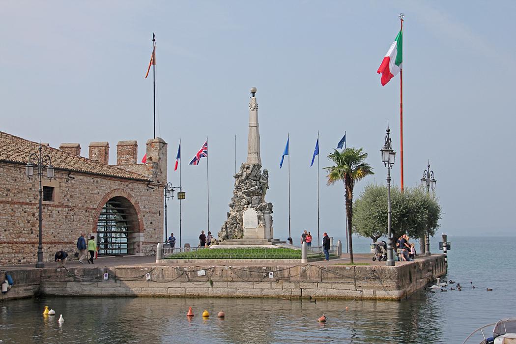 Utsikt över monument vid hamnen som hedrar soldater från första och andra världskriget.